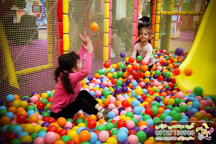 بازی کردن کودکان در استخر توپ سافت پلی زمین بازی کودک، پلی گراند، تجهیزات خانه بازی، وسایل شهربازی، وسایل خانه بازی، وسایل مهدکودک، تجهیز مهدکودک