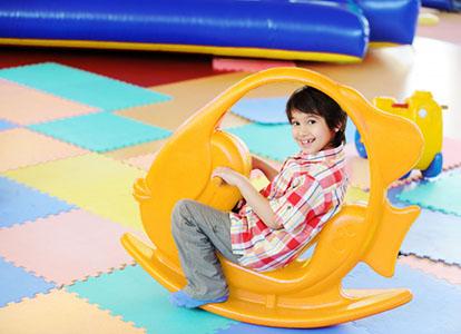 کودک در حال بازی پلی گراند ماهی تعادلی نارنجی